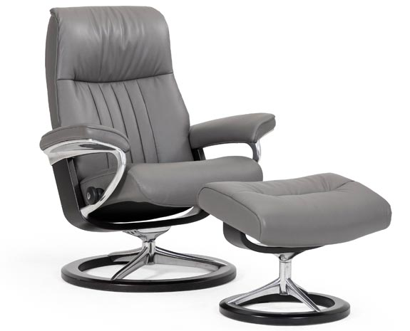 Fauteuil en cuir gris, grand confort inclinable, Stressless Crown S (small) avec repose pieds.