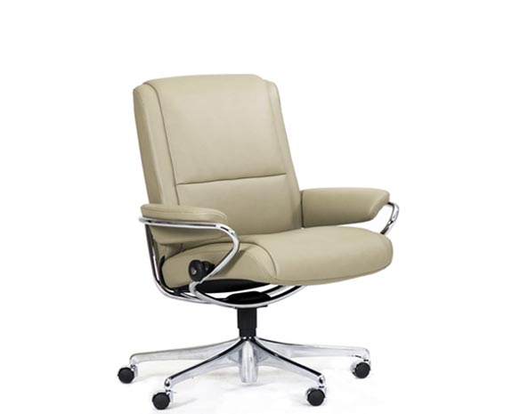 Fauteuil de bureau en cuir inclinable, le Stressless Paris Low Back (dossier bas) dans sa version Office, sur roulettes.